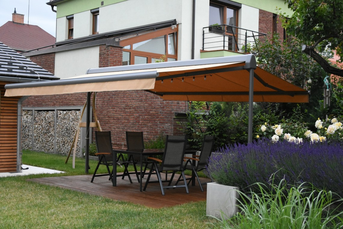AWNING WITH A BEARING STRUCTURE